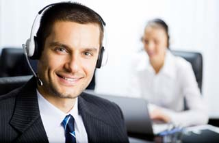 technicien hotline assistance informatique telephone sourire 320